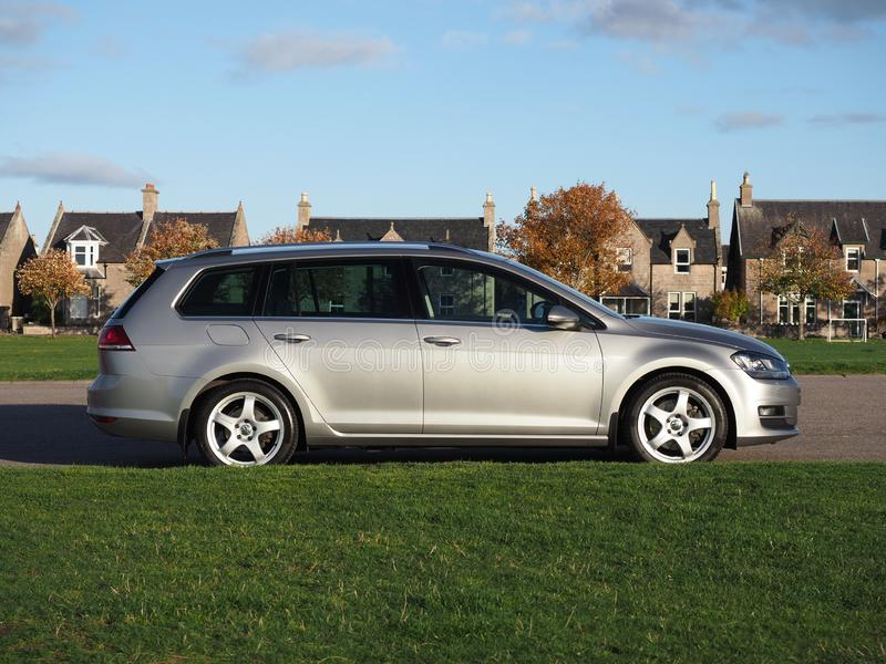 Perfil lateral de un estado de VW Golf en un último día del otoño fotos de archivo libres de regalías