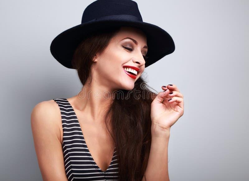 Perfil modelo fêmea de riso toothy feliz no chapéu elegante preto imagem de stock