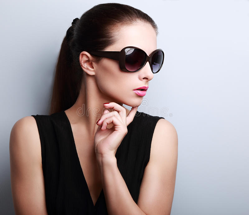 Perfil modelo femenino joven hermoso de moda en vidrios de sol fotografía de archivo