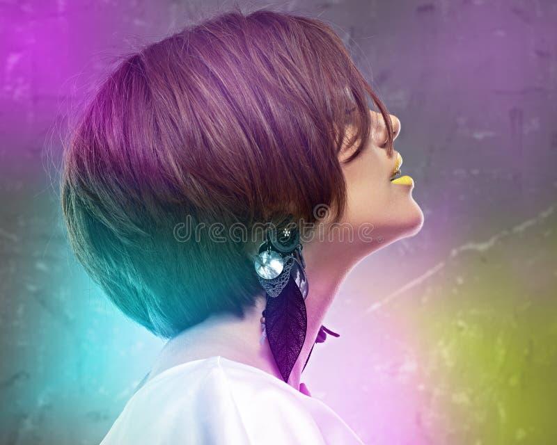 Perfile el retrato de la cara de la mujer atractiva con el pelo medio de la longitud BO foto de archivo