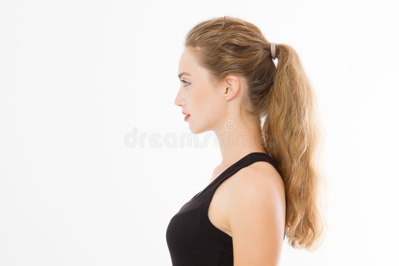 Perfile el retrato de la muchacha caucásica rubia con el pelo femenino recto largo y brillante aislado en el fondo blanco Mujer h foto de archivo