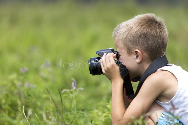 Perfile el retrato del primer del muchacho hermoso lindo rubio joven del niño foto de archivo