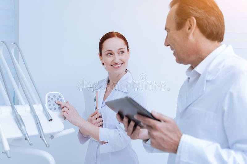 Perfile la foto del dentista que hablando con su interno imágenes de archivo libres de regalías