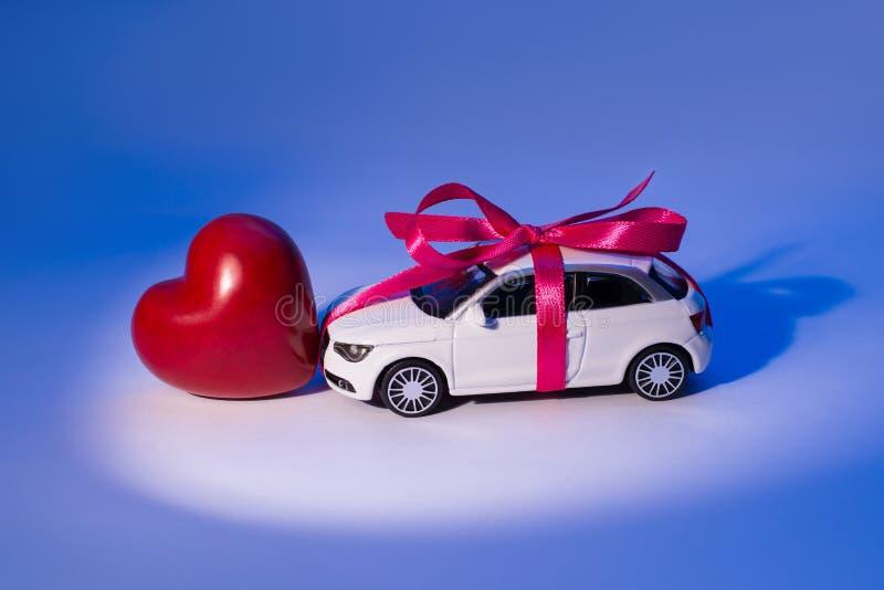 Perfile la foto lateral de la opinión del primer del coche hermoso blanco del juguete con foto de archivo libre de regalías