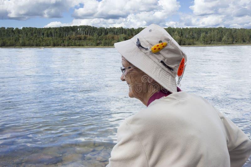 Perfile la imagen de una señora mayor que lleva un sombrero de la pesca foto de archivo libre de regalías