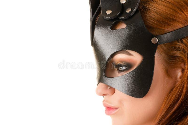 Perfile a la mujer sumisa de la cara en primer de la máscara BDSM imagen de archivo