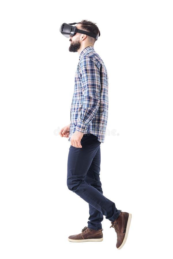 Perfile la opinión el hombre de negocios que mira caminar de las auriculares de la realidad virtual imagen de archivo libre de regalías