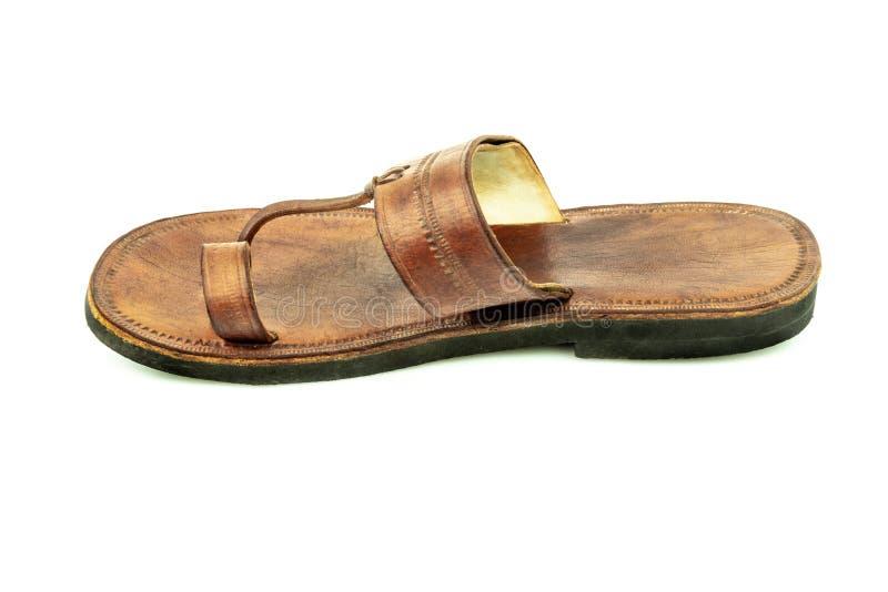 Perfile la vista de una sandalia de cuero marrón tradicional india aislada foto de archivo libre de regalías