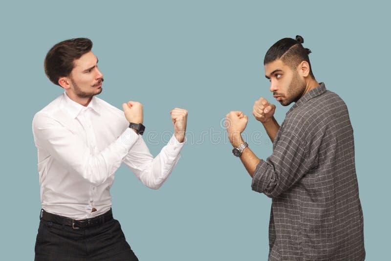 Perfile la vista lateral del hombre de negocios enojado del boxeador dos, mirando al eac fotos de archivo libres de regalías