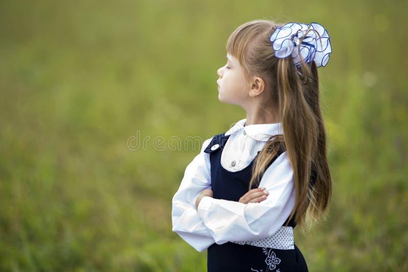 Perfile o retrato da primeira menina adorável bonito do graduador no un da escola foto de stock