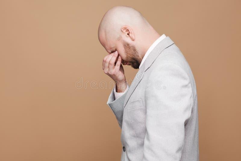 Perfile o retrato da vista lateral do bearde calvo envelhecido meio de grito triste fotos de stock royalty free