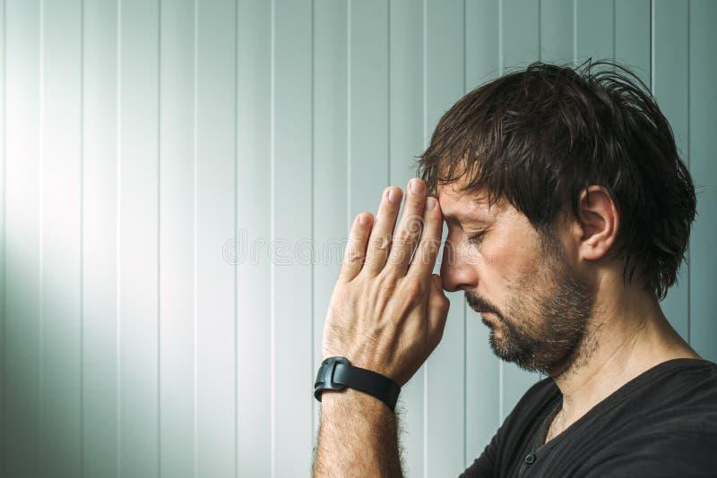 Perfile o retrato do homem cristão que reza com espaço da cópia fotografia de stock