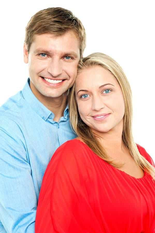 Perfile o tiro de um par novo adorável do amor imagem de stock