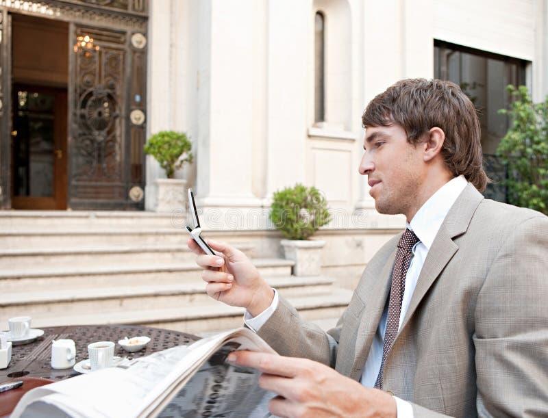 Download Papel Da Leitura Do Homem De Negócios No Café. Foto de Stock - Imagem de negócio, café: 29847296