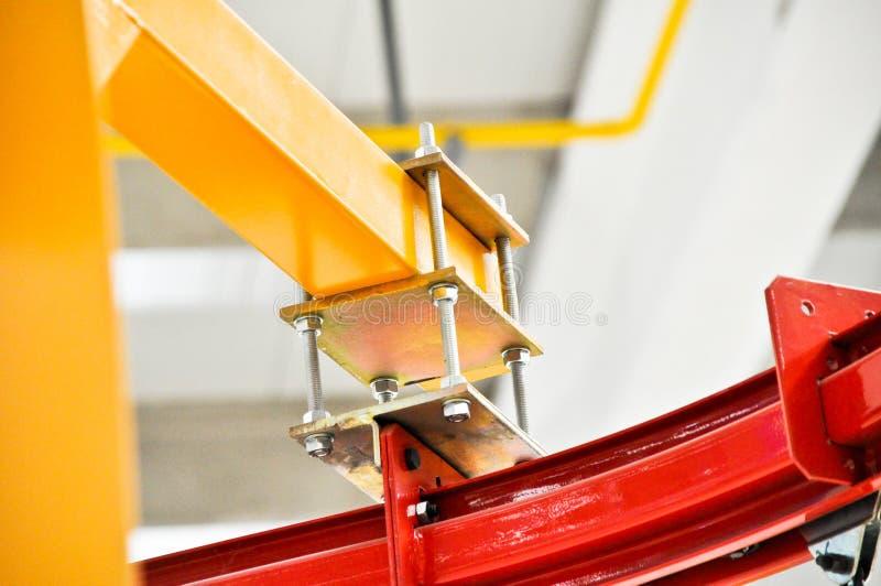 Perfis amarelos e vermelhos do ferro fotografia de stock