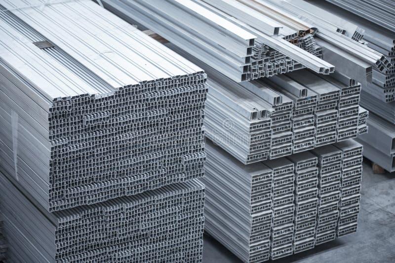 Perfis de alumínio para construções Fábrica de alumínio das construções foto de stock