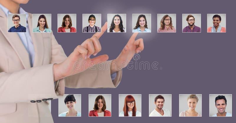 Perfis tocantes do retrato da mão de povos diferentes foto de stock