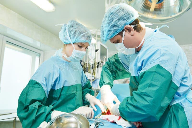 perfoming胃肠剖腹产的外科医生 库存图片
