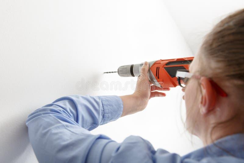 Perforación de la empresaria con la taladradora de la energía eléctrica foto de archivo libre de regalías