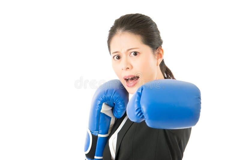Perforación del boxeo de la mujer de negocios de la fuerza imagen de archivo libre de regalías