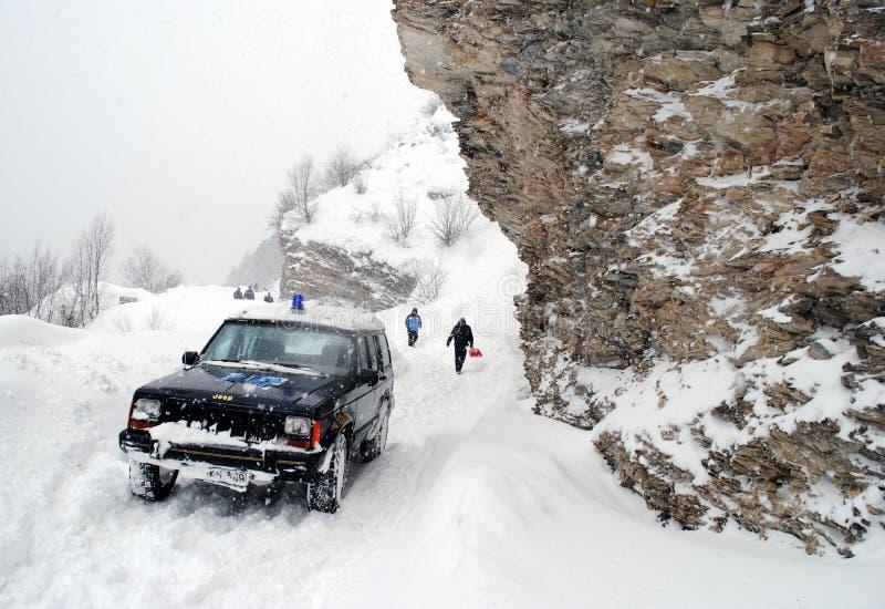 Perforando attraverso gli alti carichi della neve fotografie stock