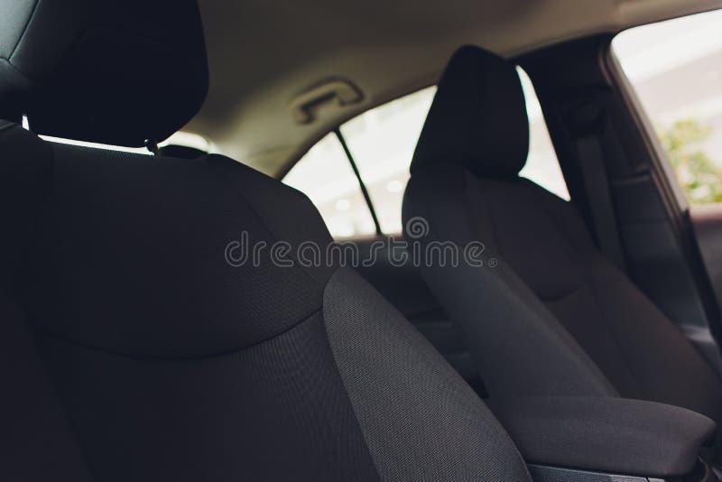 Роскошный автомобиль внутрь Интерьер автомобиля престижности современного Удобные кожаные места Чернота perforarated кожаная арен стоковые фотографии rf