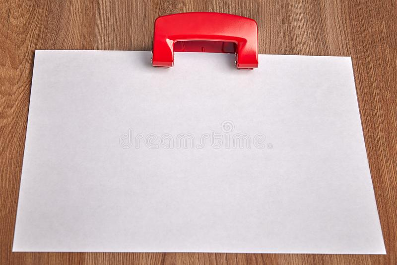 Perforateur vide et rouge de livre blanc de trou sur la table en bois images libres de droits
