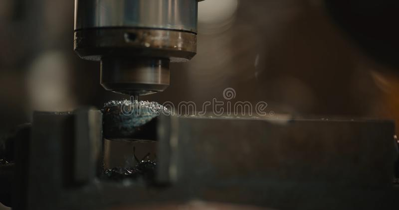 Perforatrice Il tagliente ? installato nel mandrino del trapano fotografia stock libera da diritti