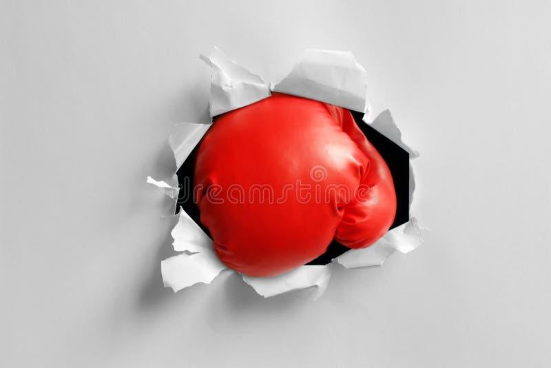 Perforazione di knock-out del guantone da pugile fotografie stock