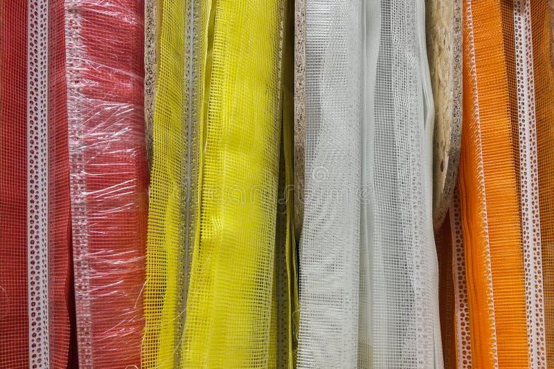 Perforerade plast- hörn med det röda, gula och vita ingreppet arkivbild