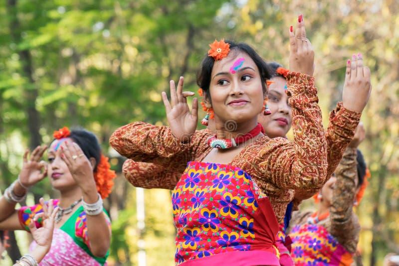 Perforimg Tänzer des jungen Mädchens an Festival Holi (Frühling) in Kolkata stockbild