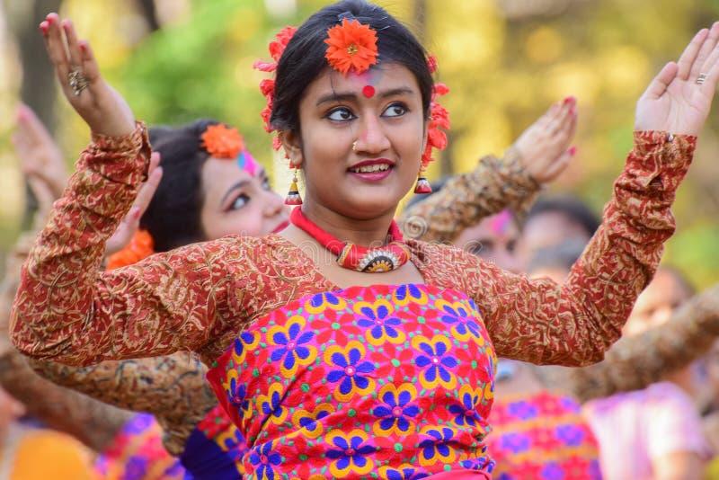 Perforimg Tänzer des jungen Mädchens an Festival Holi (Frühling) in Kolkata lizenzfreie stockfotos