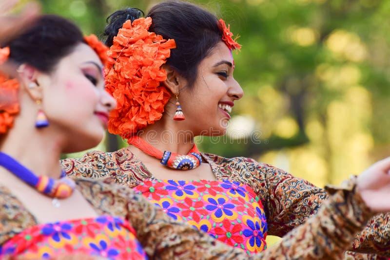 Perforimg Tänzer des jungen Mädchens an Festival Holi (Frühling) in Kolkata lizenzfreie stockfotografie