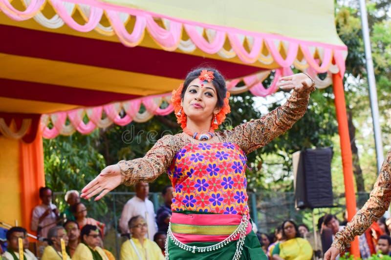 Perforimg Tänzer des jungen Mädchens an Festival Holi (Frühling) in Kolkata stockbilder