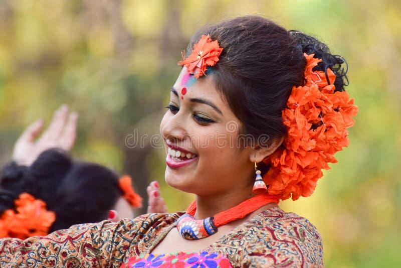 Perforimg Tänzer des jungen Mädchens an Festival Holi (Frühling) in Kolkata lizenzfreies stockfoto