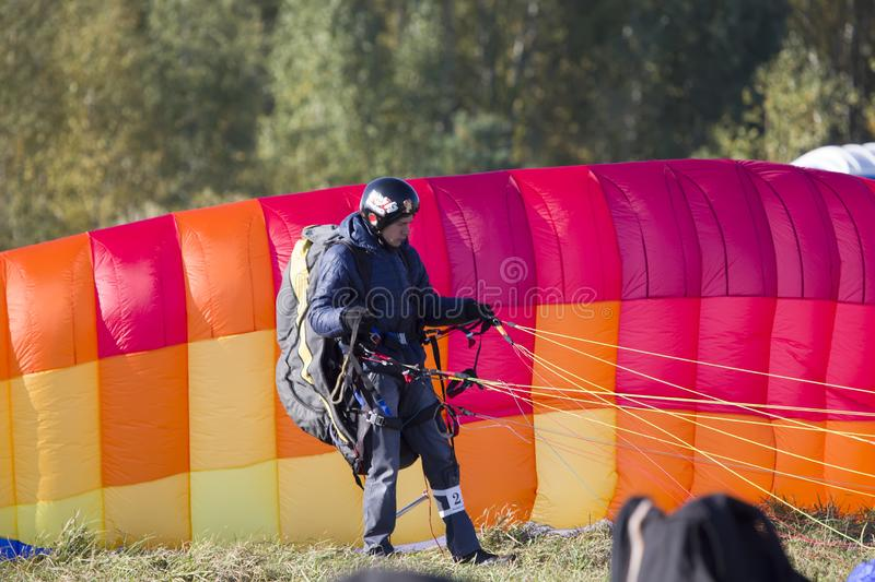 Performances on paragliding.Paraglider paratrooper prepare to fly stock images