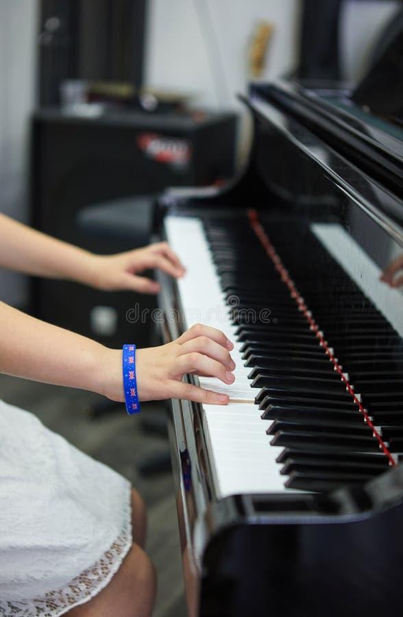 Performer& x27 de la música; mano de s que juega el piano foto de archivo