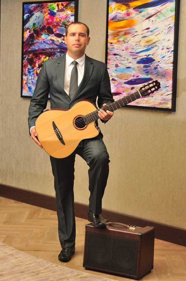 Performig clássico de Dmytro Manko do guitarrista foto de stock