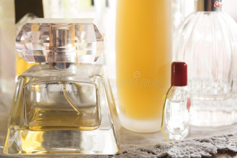 Perfuma la botella de cristal foto de archivo libre de regalías