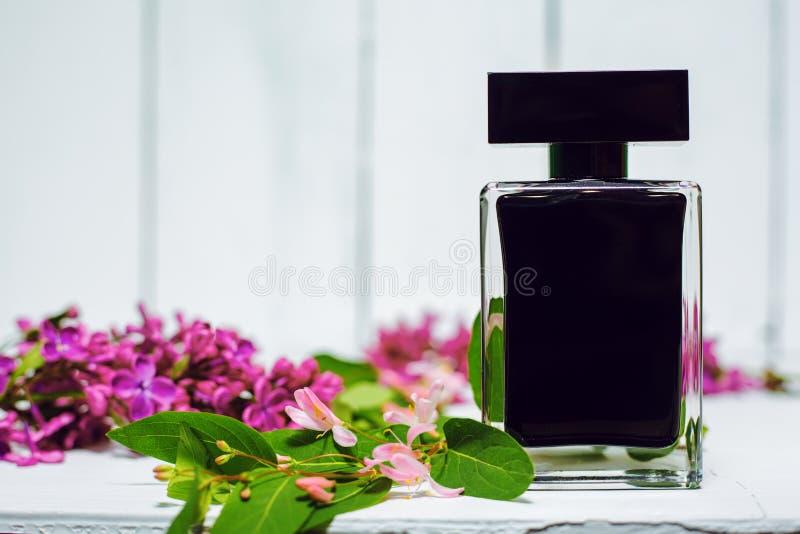 Perfume con las flores punkyes fotos de archivo