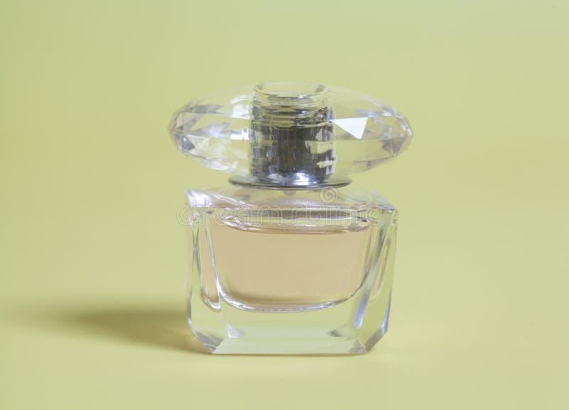 Perfume de la mujer en botella fotos de archivo libres de regalías