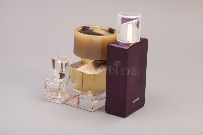Perfume de la mujer en botellas imagen de archivo libre de regalías