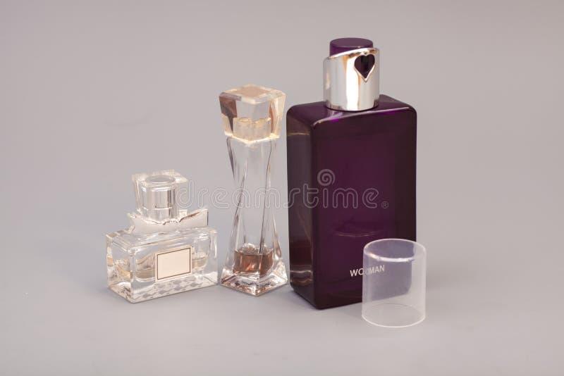 Perfume de la mujer en botellas imagen de archivo