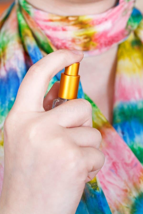 Perfume de pulverização da menina no lenço de seda do atomizador fotos de stock