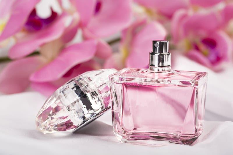 Perfume do ` s das mulheres na garrafa imagem de stock royalty free