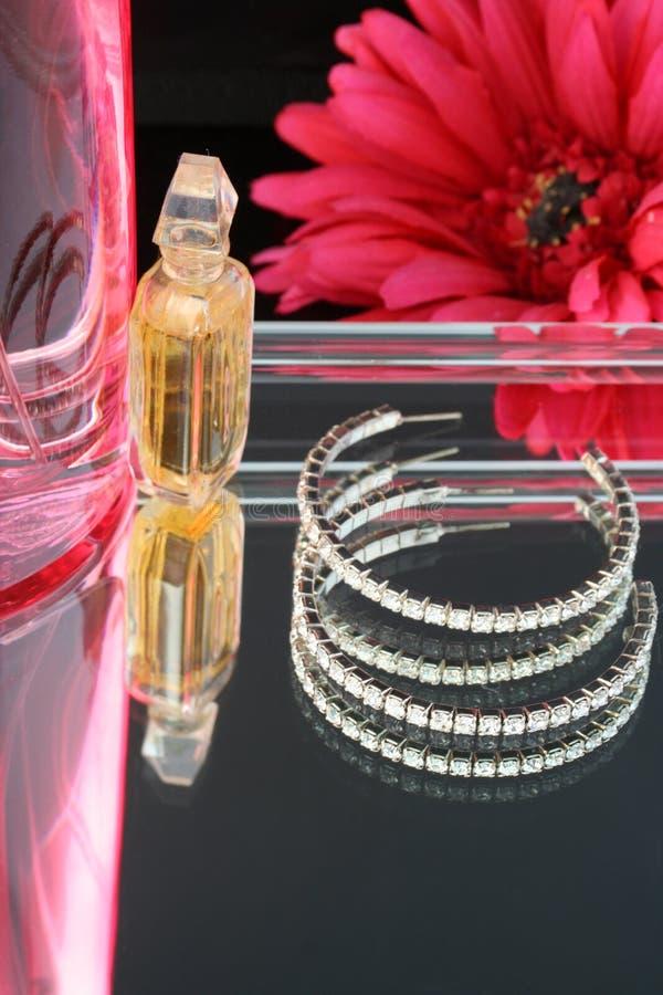 Perfume e earings fotografia de stock royalty free