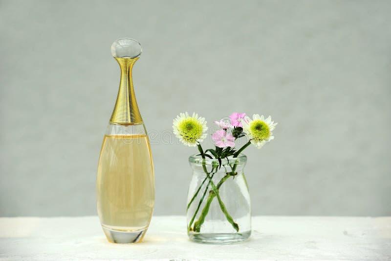 Perfume e flores imagem de stock royalty free