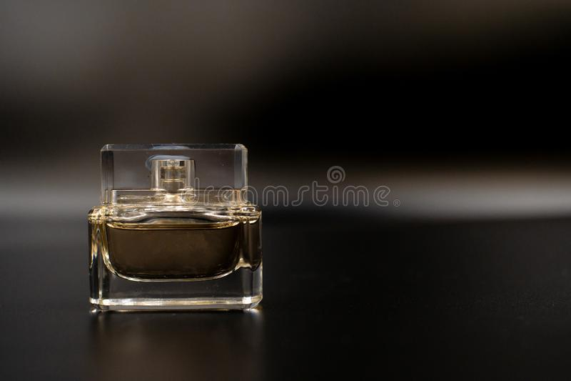Perfume el perfume de la botella en fondo azul concepto de la belleza, de la moda, del partido y de las compras Composici?n plana foto de archivo