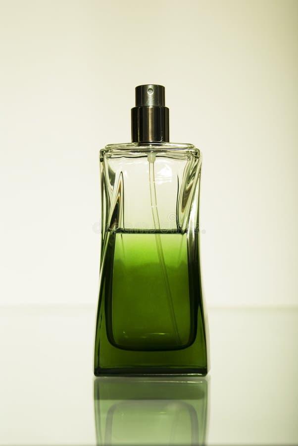 Perfume em um frasco de vidro fotografia de stock