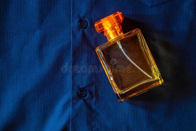 Perfume em uma garrafa dourada bonita fotos de stock royalty free